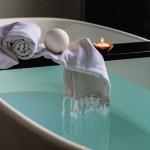 freistehende Badewanne mit Kerze